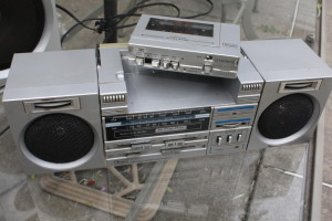 An attempt to resolve  Walkman/Boombox tension via a 'boombox/walkman' [stereo2go.com]